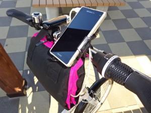 輪行バッグをスマホ充電器ホルダーとして利用 (1)
