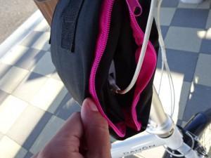 輪行バッグをスマホ充電器ホルダーとして利用 (2)